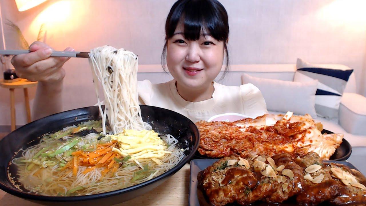 뜨끈한 잔치국수 통통한 마늘떡갈비 배추김치 먹방 Guksu(Noodles) Tteok-galbi Kimchi Mukbang Eatingsound Koreanfood