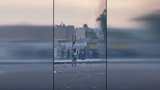 العراق | تطويق منزل المسلح الذي قتل 5 متظاهرين في ساحة الوثبة قبل قتله