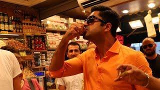 Hintli aktör Avinash Sachdev İstanbul'da Mısır çarşısını geziyor.