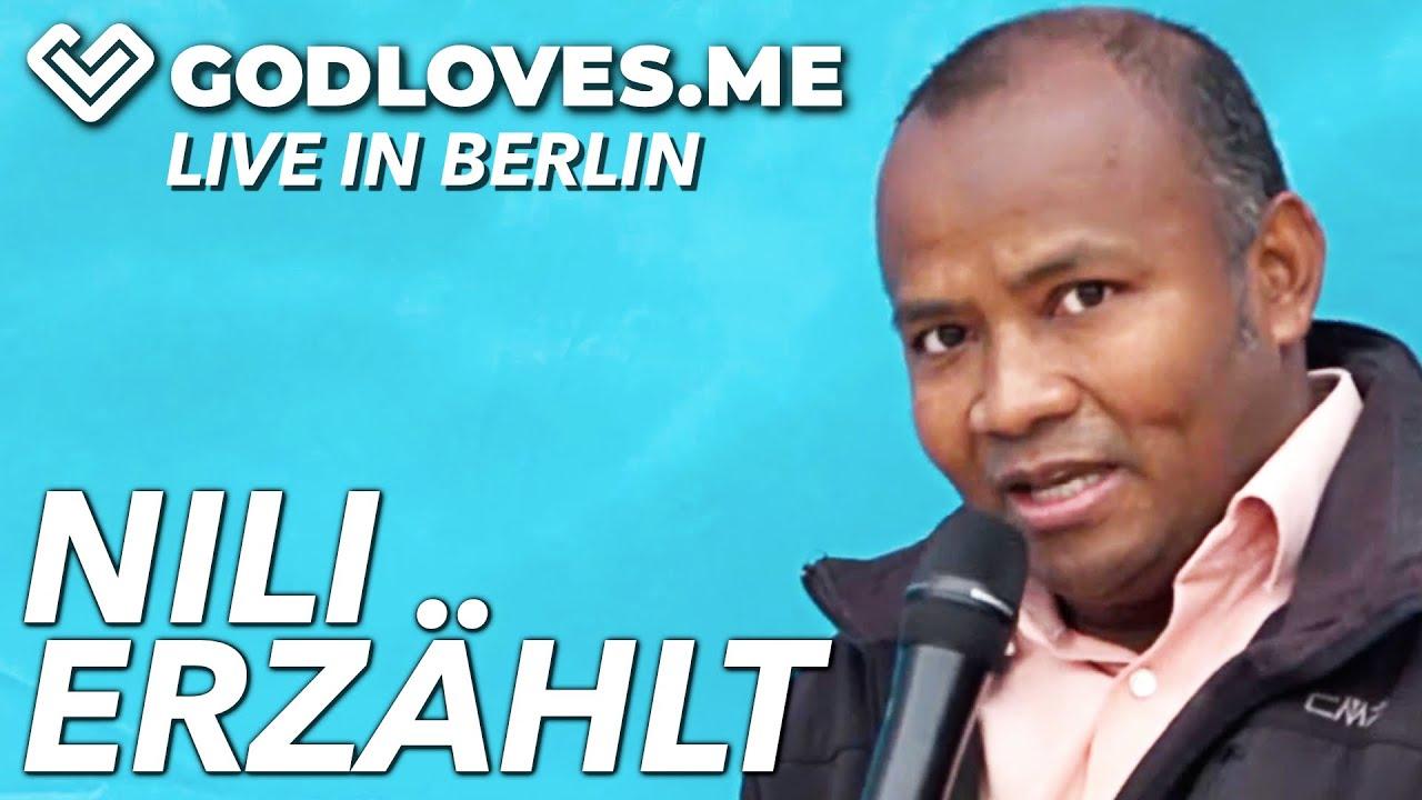 NILI ERZÄHLT AUS SEINEM LEBEN   God Loves Me   Live in Berlin