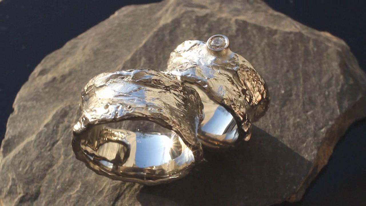 Ausgefallene Eheringe mit Diamanten aus Weigold gehmmert