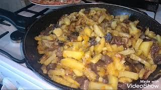 Жареная картошка с грибами  в сметане.