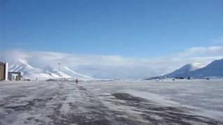 SAS 737 800 landing Longyearbyen / Svalbard lufthavn (LYR)
