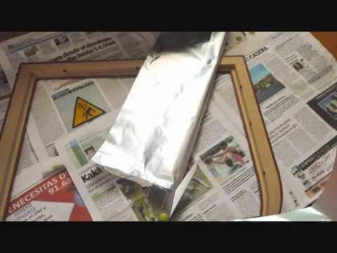 Decorar un marco con papel de aluminio pintura y alcohol for Como hacer un espejo con marco de madera
