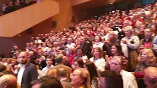 Lleno en el teatro Afundación de Pontevedra para acoger a Rajoy y Ana Pastor