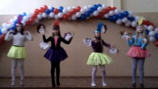 Девчонки танцуют под песню улыбайся