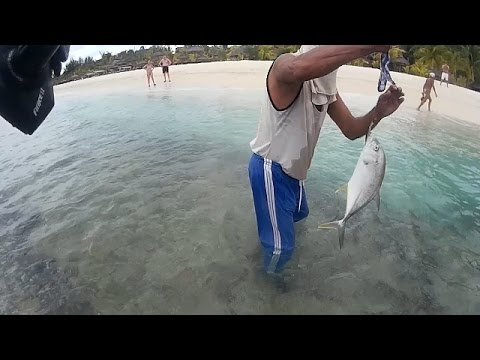 Fishing in Mauritius at Le Morne  Ep07 -Nice fight with Trevally..