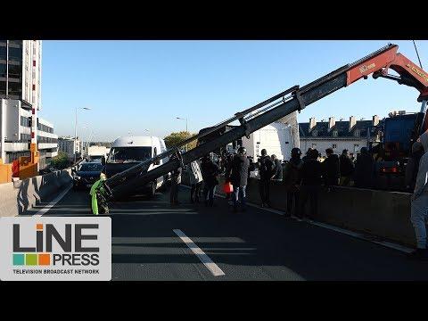 Les forains tentent de bloquer Paris. Action sur l'A13 / Saint-Cloud (92) - France 06 novembre 2017