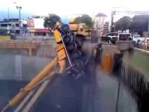 Accidente Dos grúas se desplomaron en las obras del Metro Caracas Venezuela