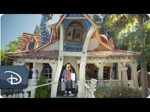 Goofy in The Art of Vacationing | Disneyland Resort