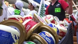 Lactalis: action des producteurs dans un supermarché à Laval