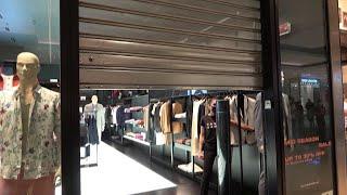 I negozi dei centri commerciali abbassano le saracinesche: