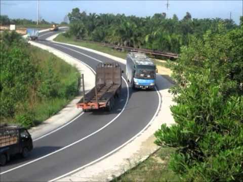 Aksi bus malam di lokasi hunting Minas Riau