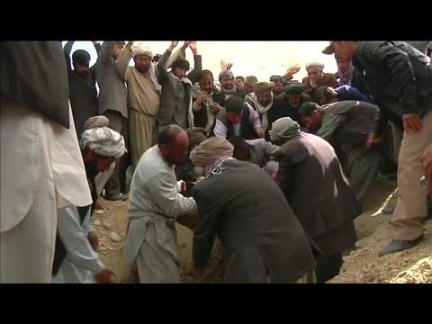 الشيعة الأفغان يدفنون ضحايا الاعتداء الذي وقع في مسجد عند صلاة العشاء  - نشر قبل 54 دقيقة