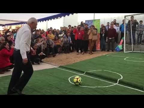 """Alcalde de San Antonio propinándole un gol a """"Coca"""" Mendoza."""