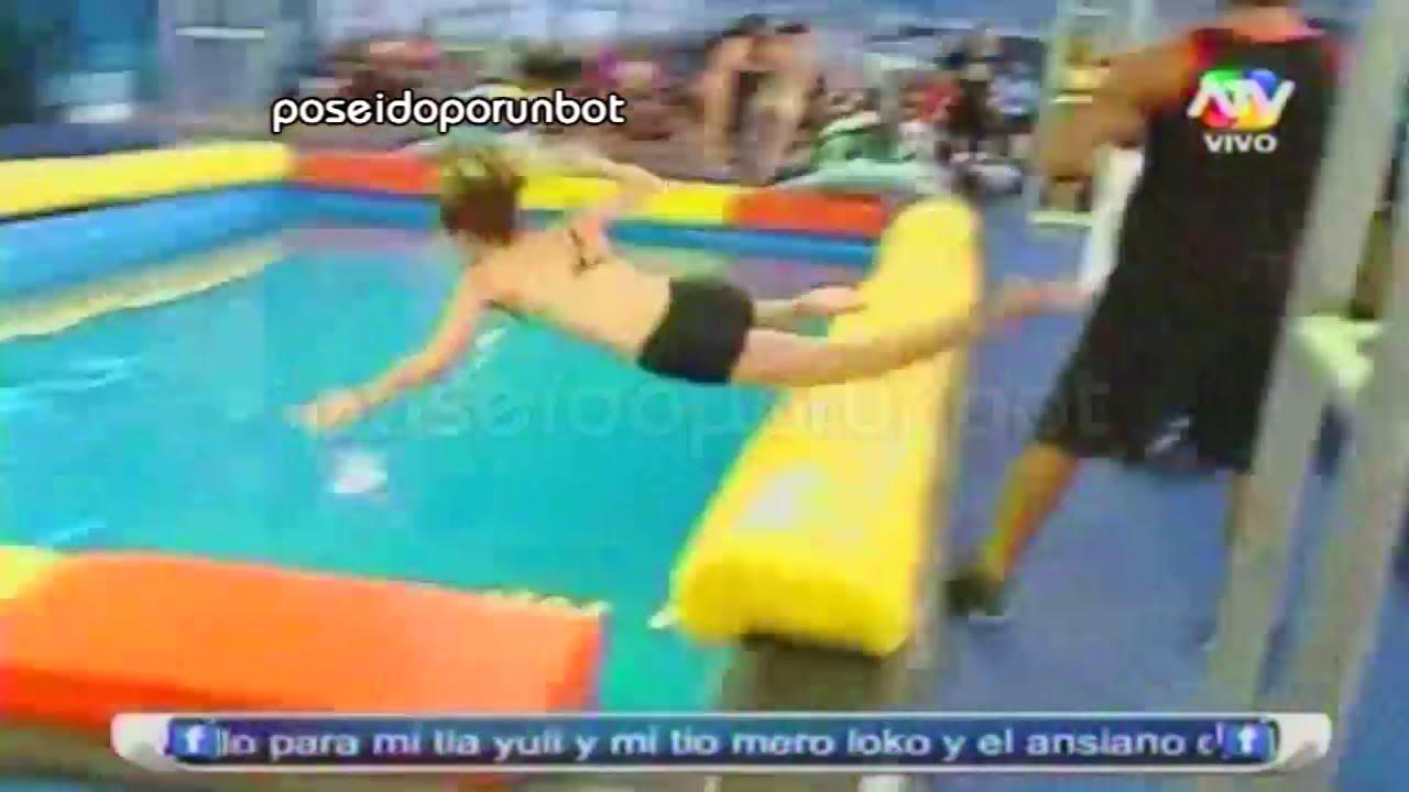 combate israel empuja a lisset a la piscina 17 04 13