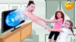 😱 МАМА Попала В ТЕЛЕВИЗОР     Дети Не знают Что Делать   Как Спасти Маму ?