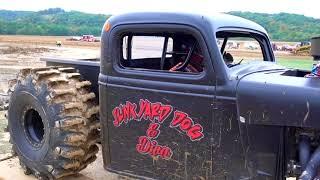 Гонки по грязи. Монстр траки крошат машины.
