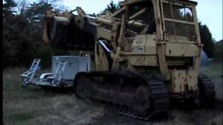 Caterpillar 983 lifting box from trailer