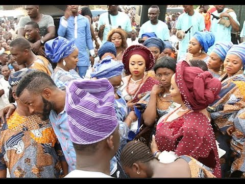 Other Wives and Big Mamas spray Alaafin Of Oyo two wives at the naming ceremony of their twins
