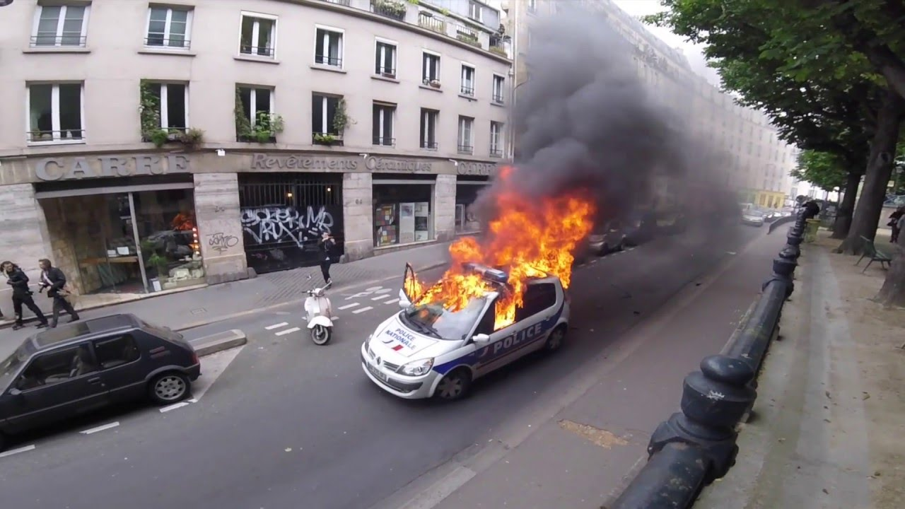voiture de police en feu paris 18 mai youtube. Black Bedroom Furniture Sets. Home Design Ideas