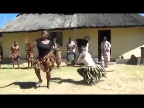 Африканка танцующая модный танец выложила свое видео на ютуб