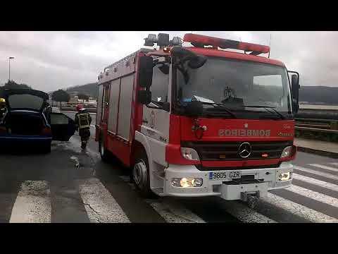 Los Bombeiros de Viveiro sofocan un incendio en un vehículo
