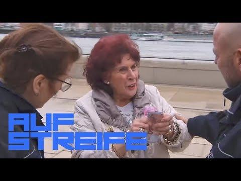 Demenzkranke Frau verteilt Geld & Schmuck: Wo ist ihr Aufsichtsperson? | Auf Streife | SAT.1 TV