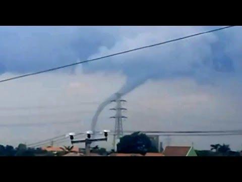 Terekam..!! Puting Beliung di Cirebon, Robohkan Baligho & Rumah2 warga