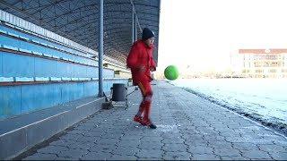 Кыштын суугуна карабай футбол ойногон кичинекей Залкар. Таң маанай