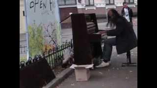 Уличный музыкант в Киеве на Андреевском спуске