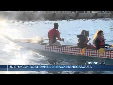 Un Dragon Boat dans le Port Hercule