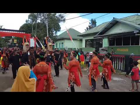 Bupati Sanggau Paolus Hadi naik Singa di kampung Santana