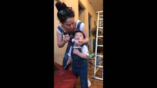 Ca sĩ Nhật Kim Anh đút cơm cho con trai