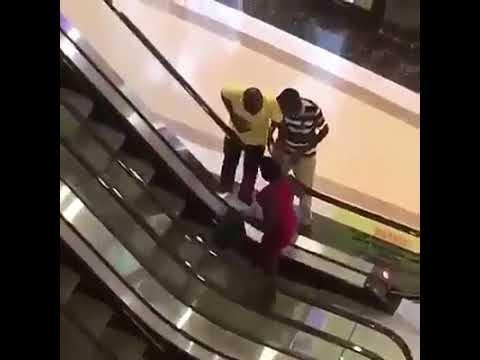 Ella es Bruta ¿Oh Se Está Aprovechando las Escaleras Como GYM.. Gratis?