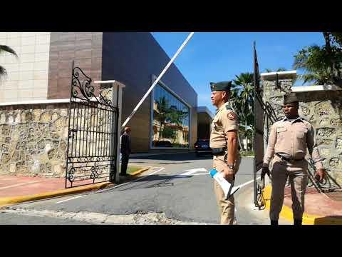 Danilo Medina llega a la Cancillería para diálogo por la paz en Venezuela
