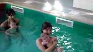 Tim met la tête sous l'eau