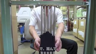 機械で編み、裏面が表にきた状態で糸などの処理をします。 そのあと、最...