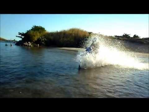 Atravessando rio de moto