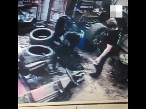 В Екатеринбурге полицейский связал мужчину в автомастерской   E1.RU