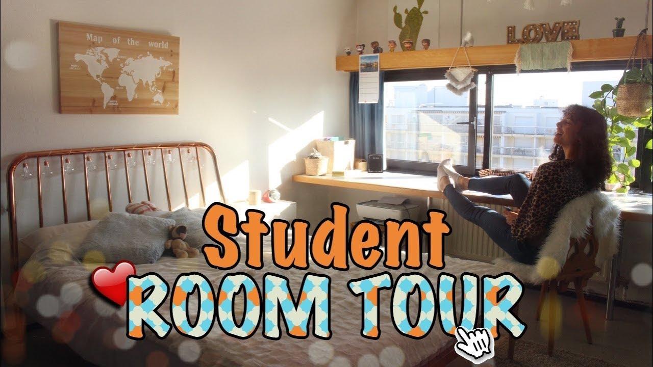 Etudiante brunette nous fait visiter sa chambre