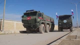 Российские военные раздают гуманитарную помощь в районе Манбиджа