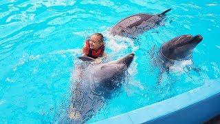Катя плавает с дельфинами 🐋 Дельфинарий Немо Nemo в Киеве 🐳 Шоу Дельфинов 🐬