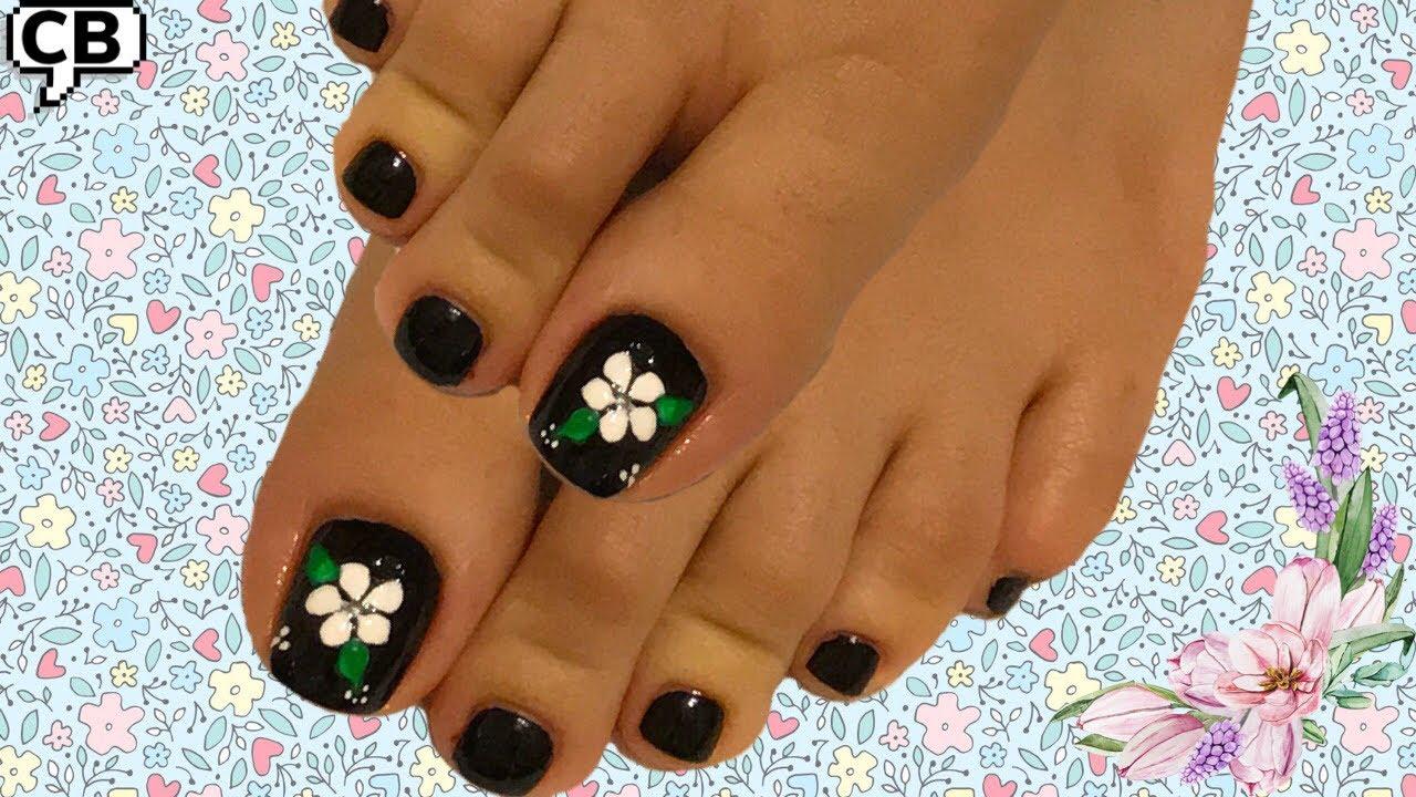 Uñas De Los Pies Decoradas En Color Negro Y Blanco Diseño De Flor