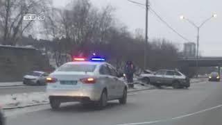 Mercedes столкнулся с ВАЗ, и тот влетел в столб: в аварии на Юго-Западе пострадали трое