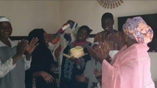 Download lagu Zaku sha dariya yadda Mama Daso ta yanka cake din birthday dinta cikin iyalin ta da yan'uwa