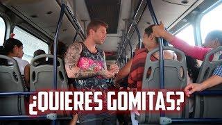 VENDIENDO GOMITAS EN EL BUS