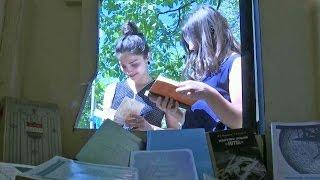 В Грузии все большей популярностью пользуются так называемые уличные библиотеки.