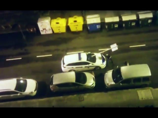 Una persona ebria usa una señal de tráfico para golpear a dos coches de la Policía
