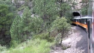 El Chepe cruzando tunel y puente rumbo a Bahuichivo